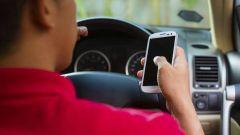 Cellulare alla guida, multa anche se l'auto è in sosta. In Francia