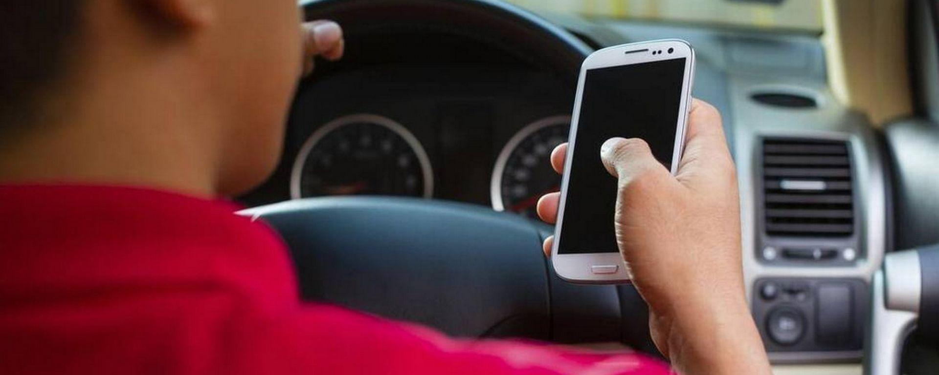 Cellulare alla guida, in Francia linea dura