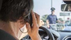 Guida al cellulare, quando si può evitare la multa. Le rare eccezioni