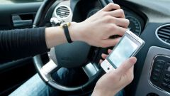 Cellulare alla guida, non passa la proposta di ritiro immediato della patente