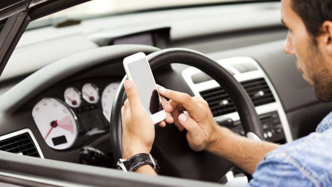 Cellulare alla guida: per disincentivare dall'uso un gioco a punti