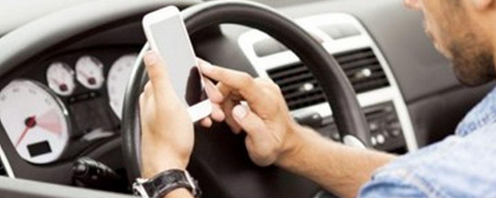Cellulare alla guida, prosegue la battaglia del Governo