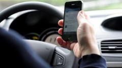 Manovra, salta sospensione immediata patente per cellulare alla guida