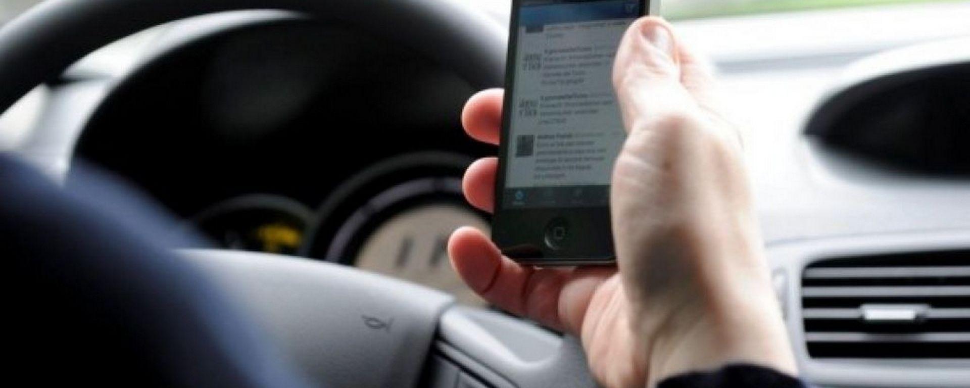 Cellulare alla guida, salta ritiro immediato patente