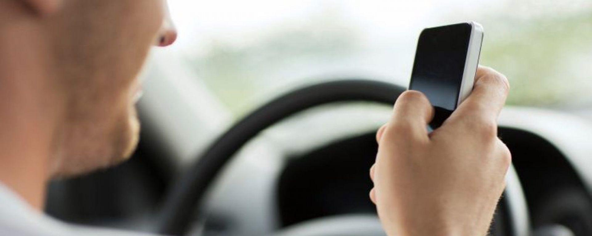 Cellulare alla guida, torna di attualità il tema del ritiro immediato della patente