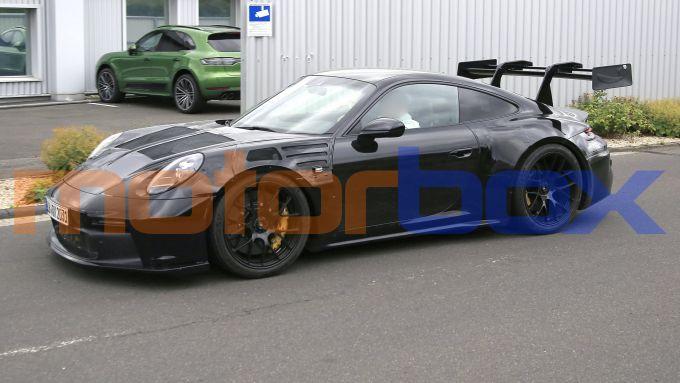 Certo non può trattarsi della 992 GT3 RS: dove sarebbe finito quell'enorme alettone?