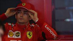 Charles Leclerc all'interno del box Ferrari. A Melbourne, la prima gara in rosso