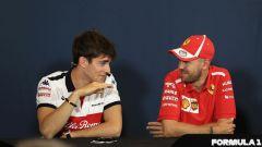 Charles Leclerc e Sebastian Vettel scherzano tra loro