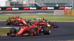Charles Leclerc (Ferrari) precede Verstappen (Red Bull) e Vettel (Ferrari) a Silverstone