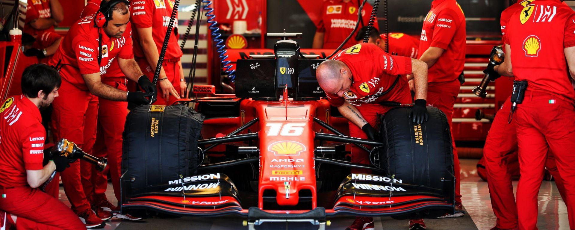 Charles Leclerc nei box Ferrari
