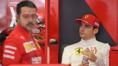 Charles Leclerc nel suo angolo del box Ferrari
