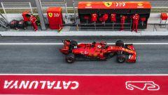 Charles Leclerc nella pit-lane della pista di Barcellona