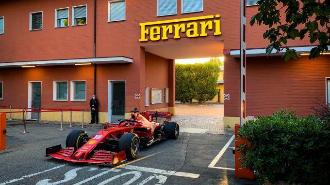 Charles Leclerc varca il cancello dello stabilimento Ferrari di Maranello