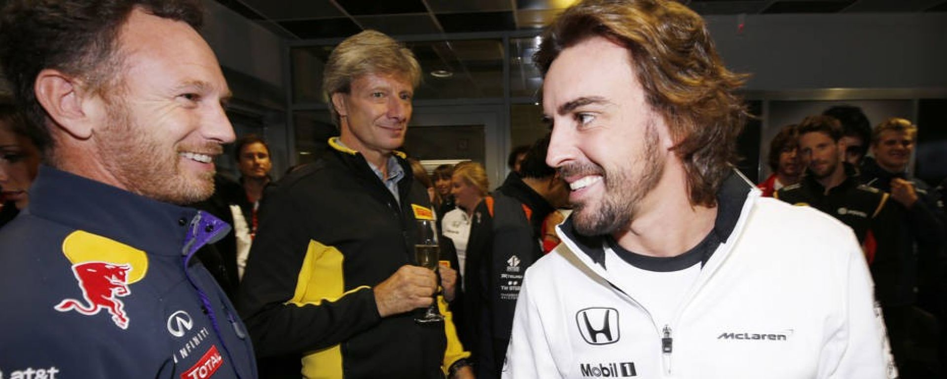 Christian Horner, team principal Red Bull, scherza con Fernando Alonso della McLaren