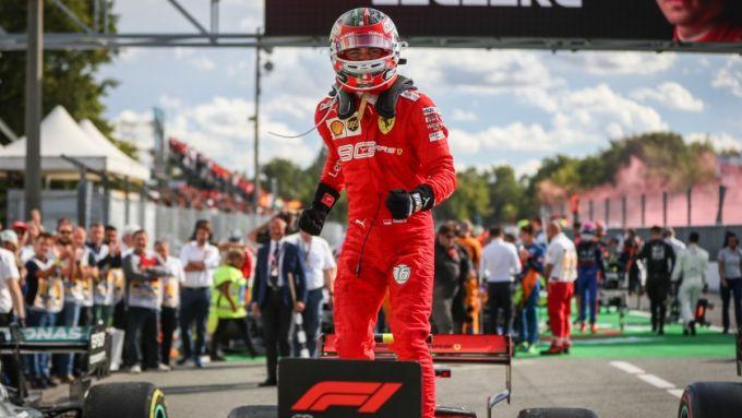 Christmas Lovers Auction: la sottotuta da gara di Leclerc