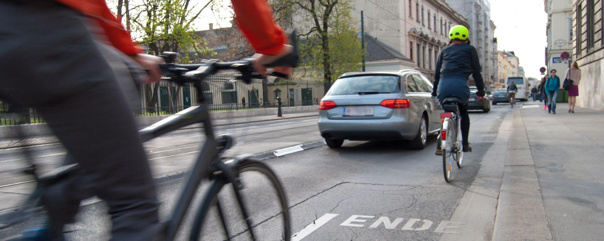 Ciclisti su una pista ciclabile