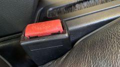 Cinture di sicurezza, un gancio tradizionale in plastica