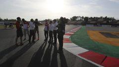 Circuito di Barcellona - piloti e commissari controllano la chicane prima del rettilineo
