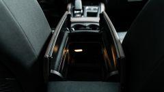 Citroen C5 Aircross Hybrid 2021, interni: il bracciolo con le due ante. Il vano è spaziosissimo
