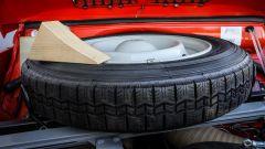 Citroen Dyane 6: tra la dotazione di serie c'è anche un cuneo di legno per fermare l'auto in salita