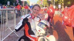 Alla maratona di Londra in sedia a rotelle con tuta e casco