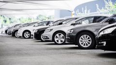 Colori auto, gli italiani preferiscono il grigio, il bianco o il nero