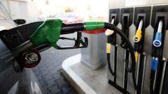 Come si compone il prezzo del carburante al consumatore? Accise, IVA e profitti di produttore e distributore