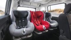 Comparativa auto 7 posti a 25mila euro: un carico di seggiolini sulla fila centrale dell'Opel Combo Life