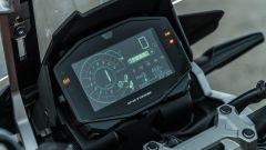 Comparativa enduro stradali da viaggio: Suzuki V-Strom 1050 XT, strumentazione leggibile ma non TFT