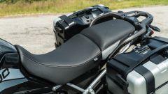 Comparativa enduro stradali da viaggio: Triumph Tiger 900 GT Pro, di serie entrambe le selle sono riscaldabili