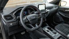 Comparativa Ford Kuga vs Hyundai Tucson: l'abitacolo della Ford Kuga con dettagli sportivi