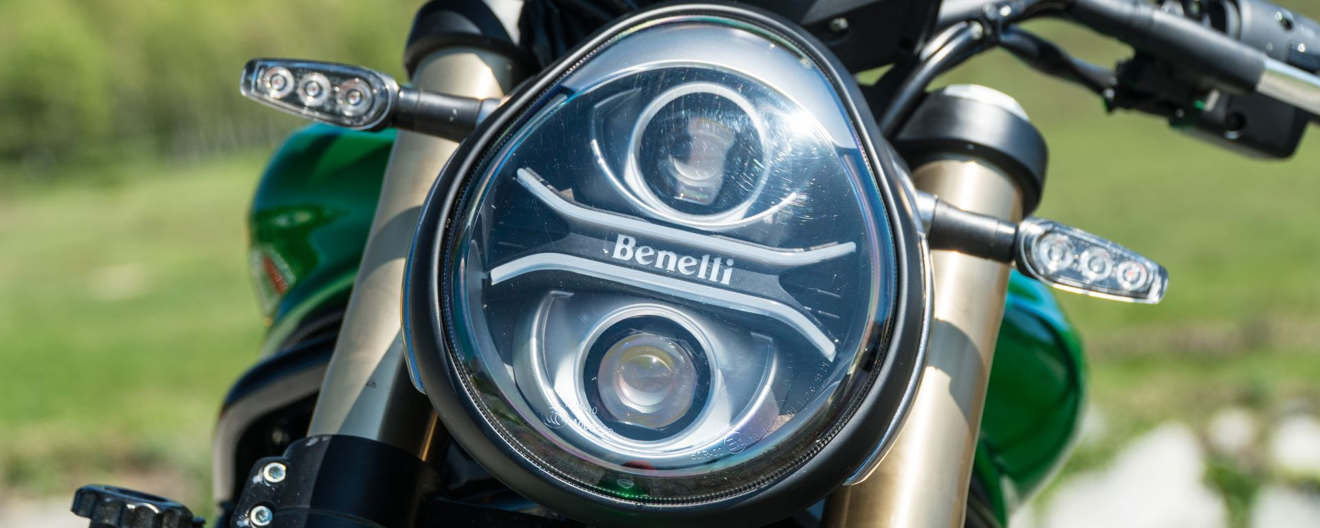 Comparativa naked medie: Benelli 752 S, dettaglio del faro anteriore