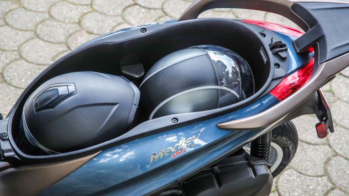 Comparativa Piaggio Medley vs Honda SH: il capiente vano sottosella dello scooter italiano