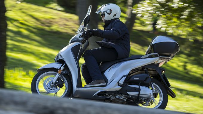 Comparativa Piaggio Medley vs Honda SH: lo scooter giapponese nella prova su strada