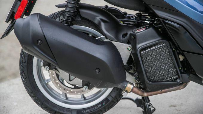 Comparativa Piaggio Medley vs Honda SH: radiatore e marmitta dello scooter italiano
