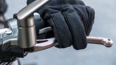Con i guanti invernali è facile azionare involontariamente gli abbaglianti mentre si schiaccia la frizione della Zontes 310V