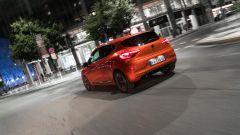 Con la Renault Clio per una Milano deserta