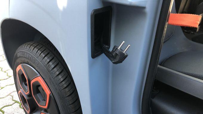 Confronto mobilità elettrica: basta la spina del garage per caricare in tre ore la Citroen AMI