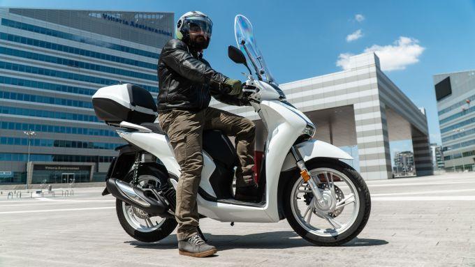 Confronto mobilità elettrica: l'Honda SH 150 2020 è agilissimo nel traffico