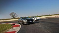 Porsche 911 Carrera 4 Cabrio VS Ford Mustang 5.0 Cabrio  - Immagine: 5
