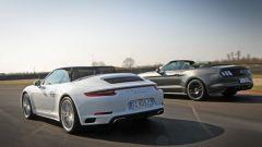 Porsche 911 Carrera 4 Cabrio VS Ford Mustang 5.0 Cabrio  - Immagine: 7
