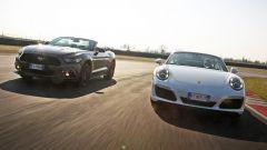 Porsche 911 Carrera 4 Cabrio VS Ford Mustang 5.0 Cabrio  - Immagine: 1