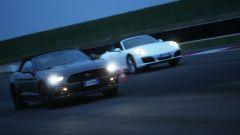 Porsche 911 Carrera 4 Cabrio VS Ford Mustang 5.0 Cabrio  - Immagine: 17