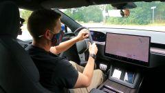 Video: Consumer Reports boccia il volante a cloche Tesla