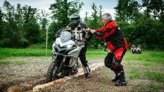 Corso Ducati DRE Enduro: passare tra i tronchi mette alla prova l'equilibrio