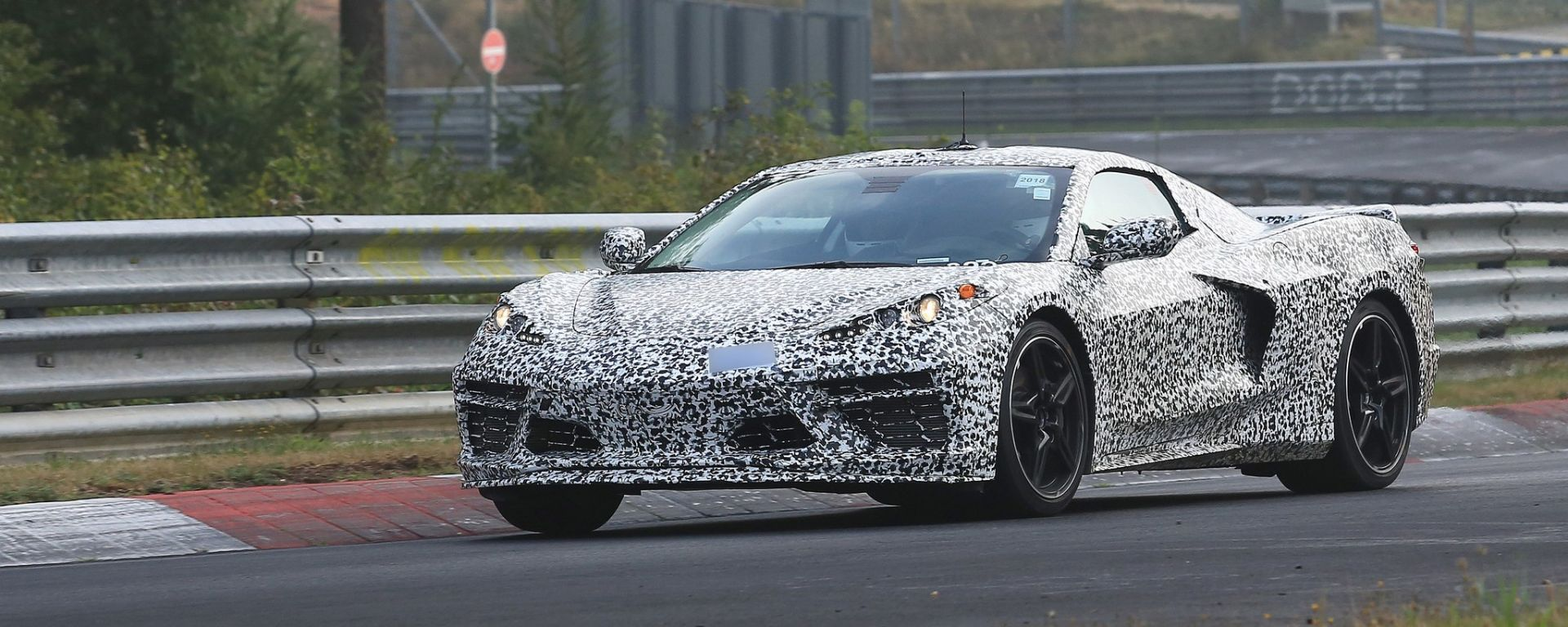 Corvette C8: ecco le nuove foto spy dal Nurburgring (video)