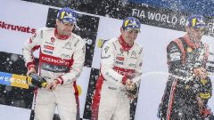 Craig Breen e il suo co-driver festeggiano sul podio del Rally di Svezia