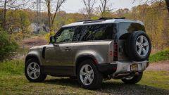Crisi dei semiconduttori per Land Rover: Defender di 3/4 posteriore