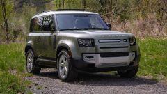 Crisi dei semiconduttori per Land Rover: Defender vista di 3/4 anteriore