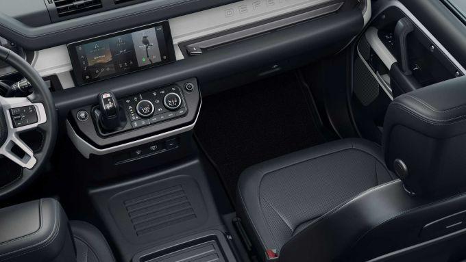 Crisi dei semiconduttori per Land Rover: gli interni di Defender